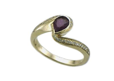 Marvelous pear Ruby and diamond ring